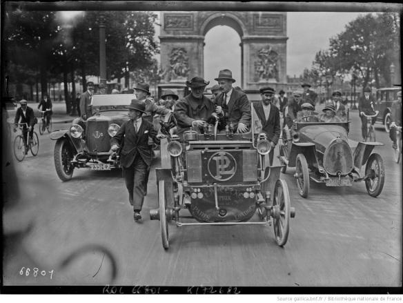 [Champs-Élysées_l'abbé_Gavois_dans_son_[...]Agence_Rol_btv1b53067837w_1